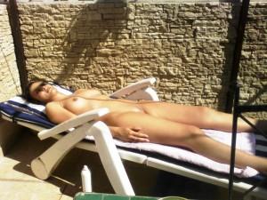 Femme nue sur le balcon